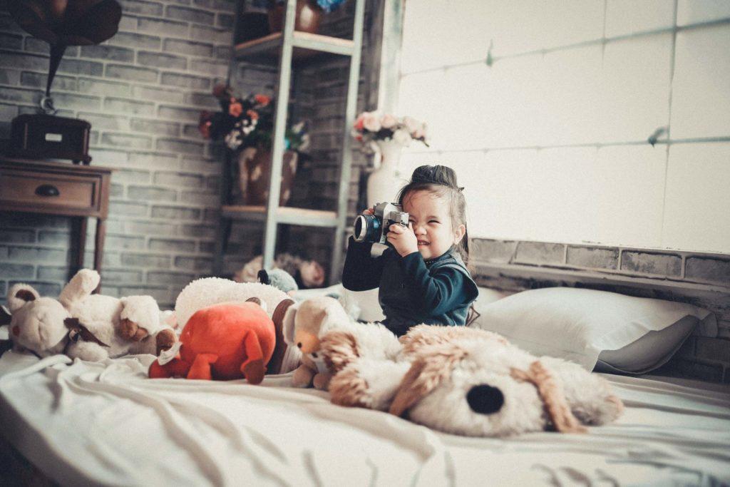 子供がカメラで遊ぶ映像